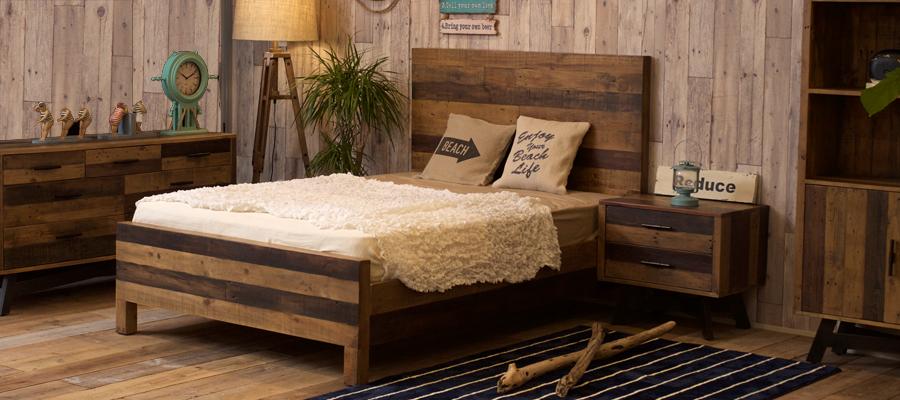 天然木の温かみとヴィンテージ感のある風合いのベッド